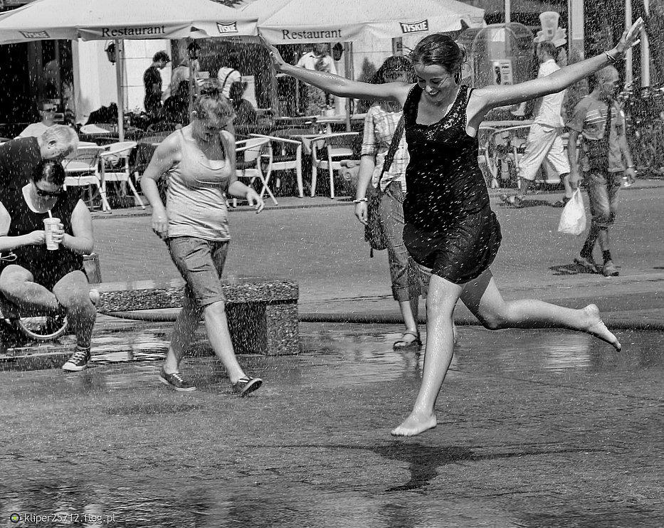 Kraków street photo...dziewczyna w mokrej sukience [2]