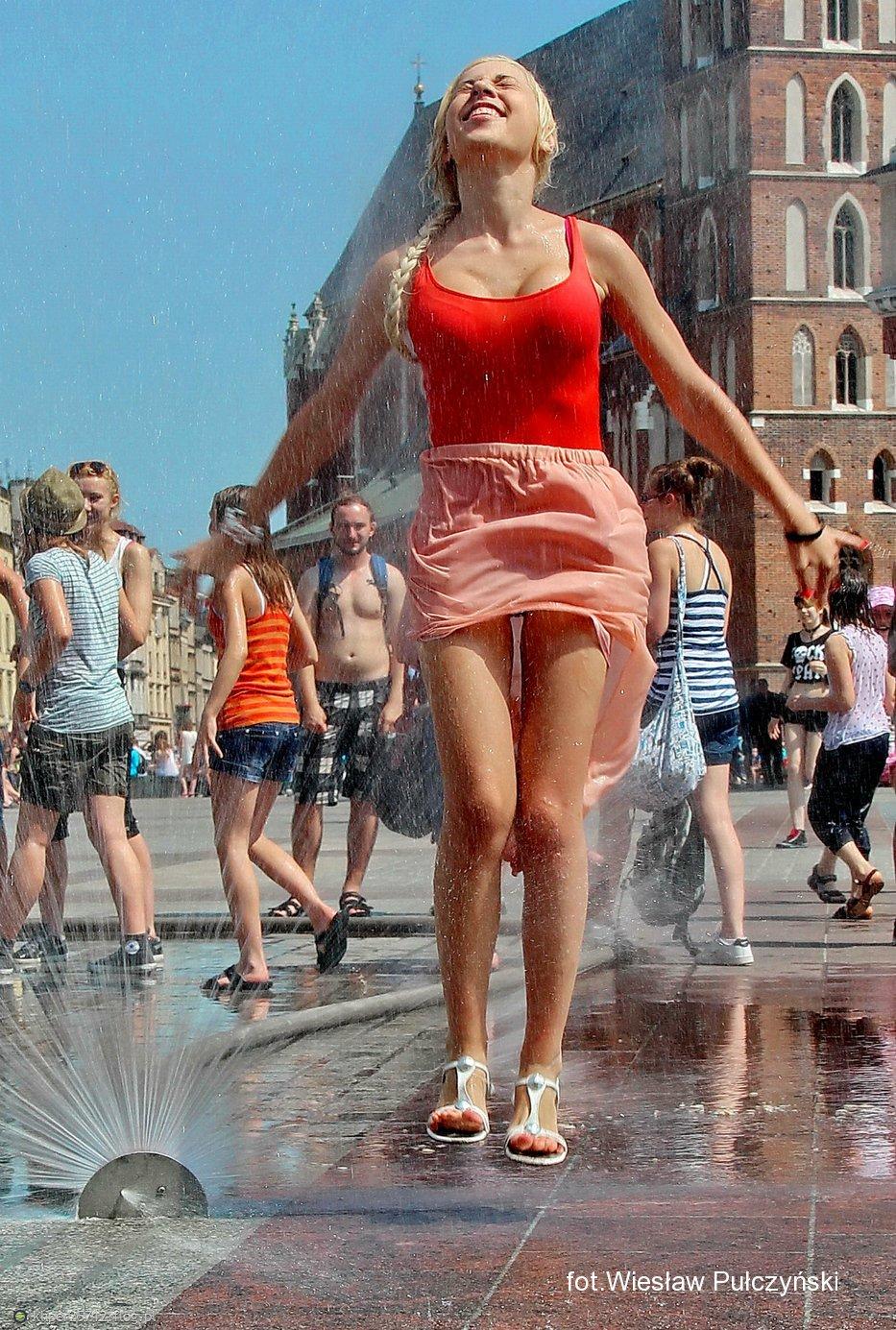 Kraków street photo...dziewczyna pod kurtyną wodną