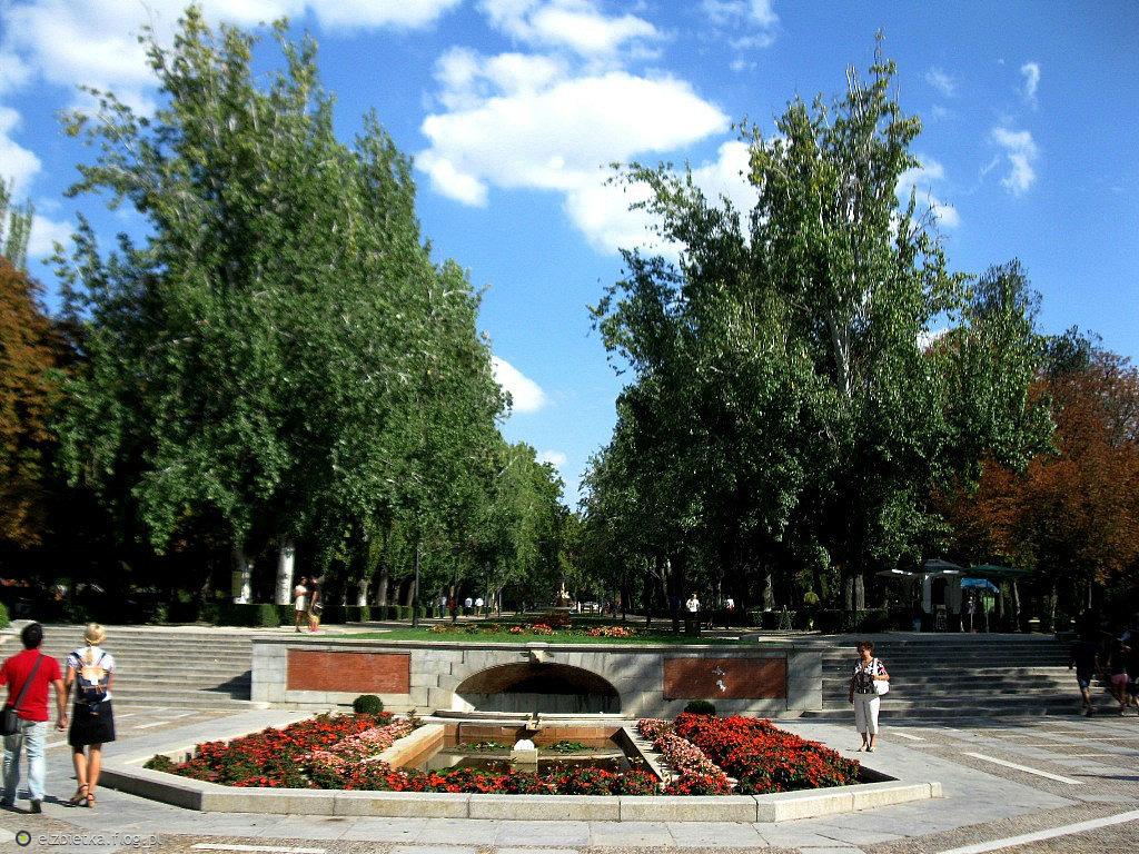 Dla  Kasi  w  podziękowaniu  za  piękną  gałązkę kwitnącej  wiśni - Park  Retiro   w  Madrycie - widok  na  wejście-  Avenida  de  Mexico.