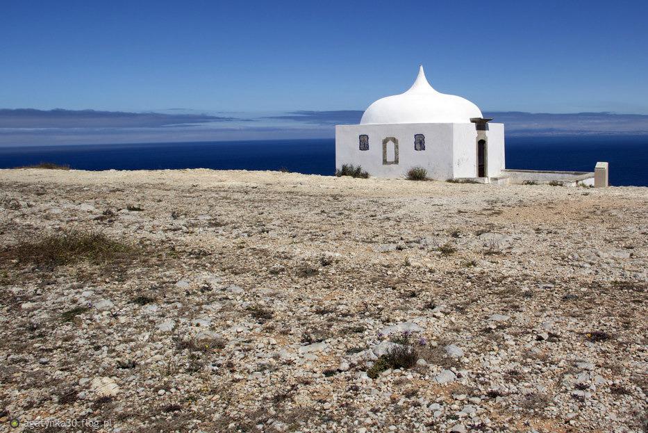 Mały, biały domek nad oceanem