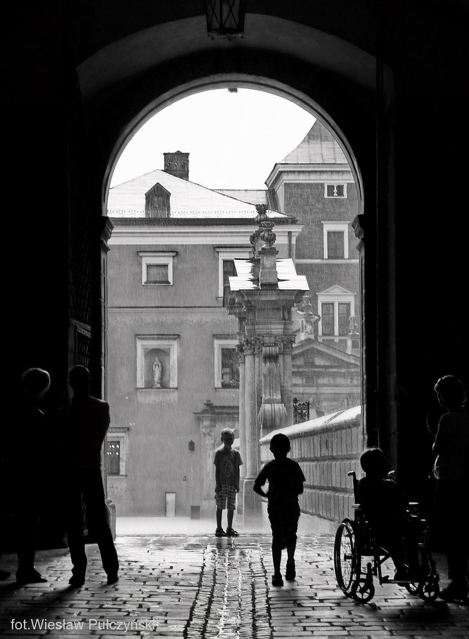 Kraków street photo...deszczowo na Wawelu