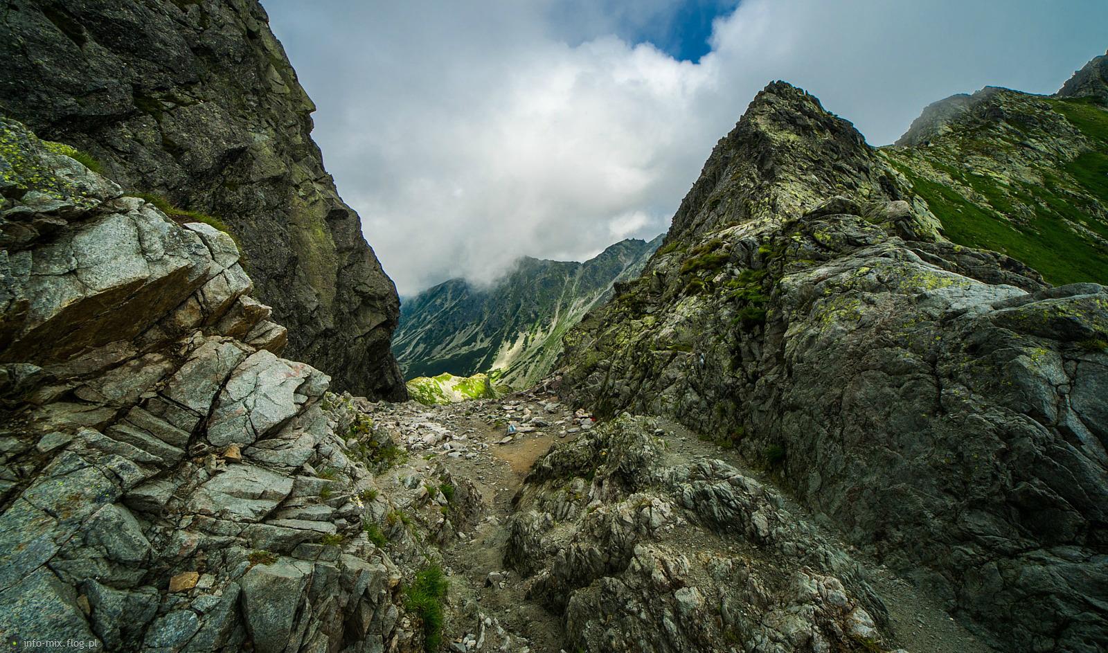 Przełęcz Zawrat - widok na stronę Czarnego Stawu Gąsienicowego